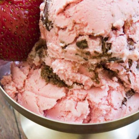 Recipe for Strawberry Cheesecake Ice Cream - If you've got fans of strawberry cheesecake in the house, this cool and creamy Strawberry Cheesecake Ice Cream is a must-try!