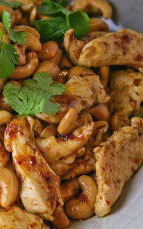 Recipe for Slow Cooker Cashew Chicken - A Chinese takeout favorite made right in your crockpot. All you need is 10 min prep. Doesn't get easier or tastier!