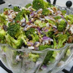 Recipe for The Best Broccoli Salad - Summer is the perfect time to whip up a quick and easy broccoli salad. So you will definitely want to try The Best Broccoli Salad, a hugely popular dish that wins them over every time.