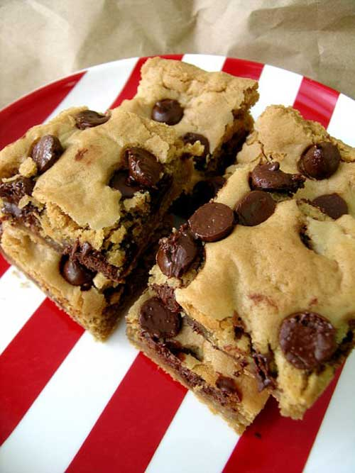 Recipe for Peanut Butter Chocolate Chip Blondies - Oh, how delicious these were! And I was pleasantly surprised to discover that they tasted nice with coffee. They are so quick to make and you'll be rewarded with the delicious taste of gooey peanut butter and gooey chocolate in no time.