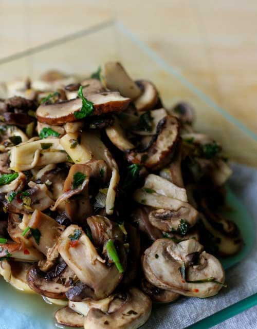 Recipe for Garlic Mushrooms with Chili and Lemon - A fabulously healthy baked mushrooms recipe, which uses the jazzy trio of lemon, garlic and chili to enhance the dish.